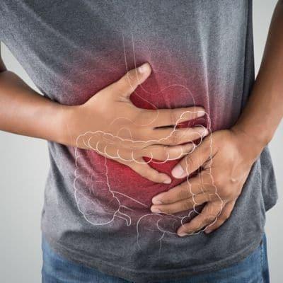 Immagine di un ragazzo a cui è in atto un infiammazione causata dalla sindrome del colon irritabile