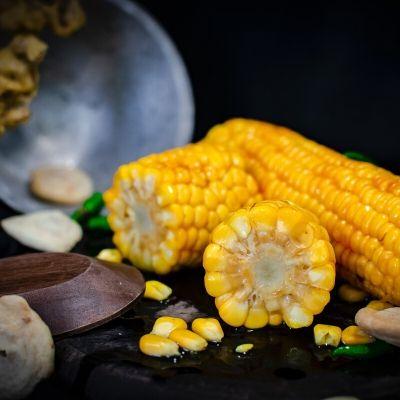 Vista di una porzione composta da due spighe di mais
