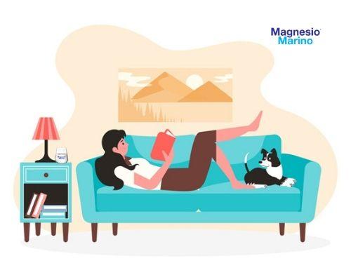 Donna si rilassa sul sofà dopo aver bevuto un bicchiere di Magnesio Marino®