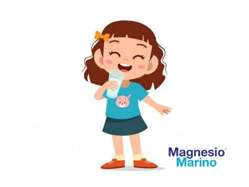 Bimba felice di bere cloruro di magnesio
