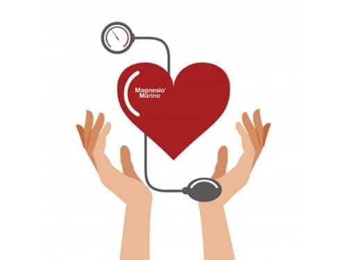 Illustrazione di un cuore con pressione sanguigna sotto controllo tra due mani con logo magnesio marino