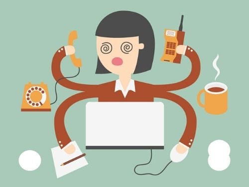 Donna in stato confusionale a causa dello stress da troppo lavoro