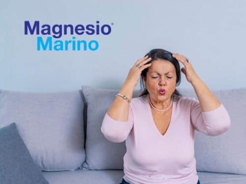 Donna con mal di testa e vampate da menopausa