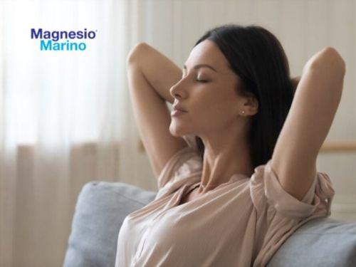 Donna si rilassa sul divano grazie all'effetto positivo del Magnesio Marino®
