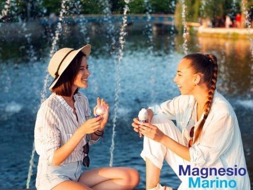 Foto di due amiche che chiacchierano piacevolmente in estate