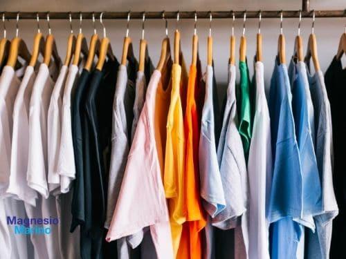 Foto di un armadio pieno di vestiti da sfruttare in estato