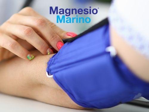 Braccio di una donna che misura la pressione sanguigna indossando uno sfigmomanometro