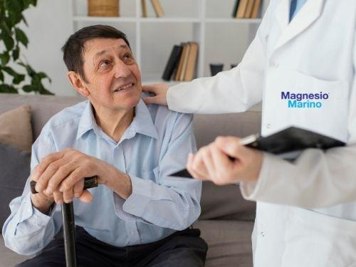 Dottore intento nell'atto di tranquillizzare un paziente affetto da iperplasia prostatica!