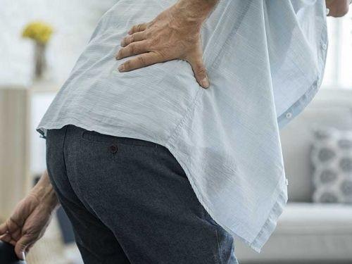 Uomo affetto da una patologia prostatica che avverta un dolore.