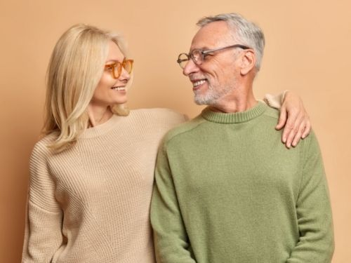 Uomo e donna felici e in forma grazie all'assunzione del Cloruro di Magnesio