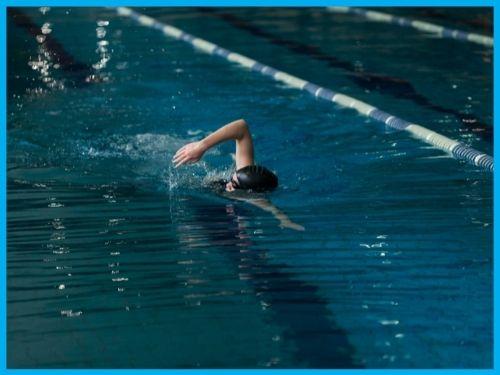 Nuotatrice intenta a percorrere una vasca in stile libero