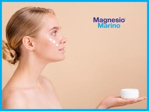 Donna sta provando una Crema a base di Cloruro di Magnesio preparate da lei