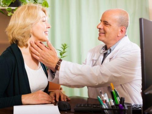 Donna effettua una visita alla tiroide
